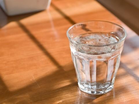 コップの水があふれる