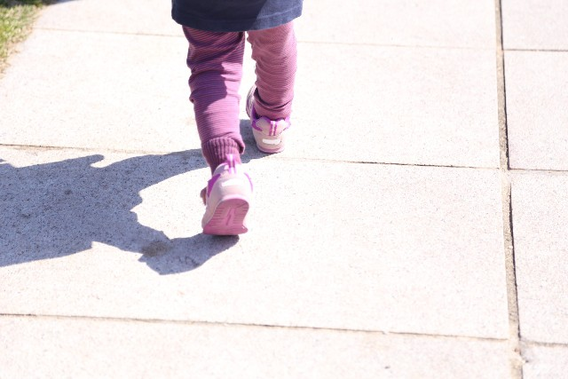 子供が歩く
