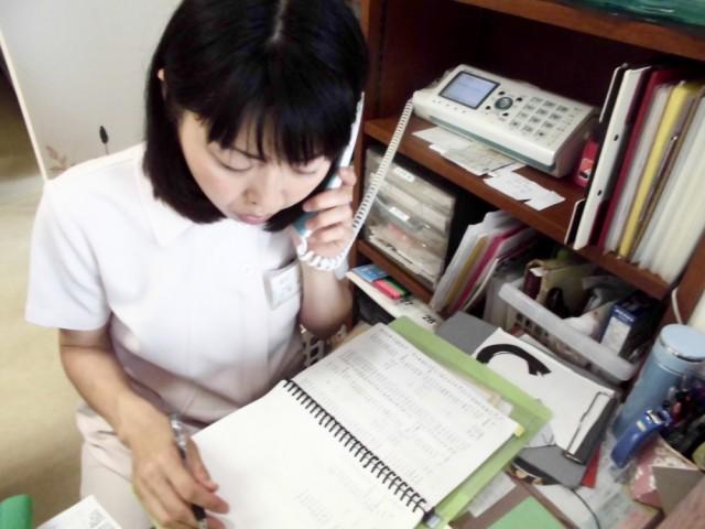 女性受付スタッフが電話対応します