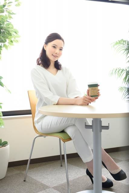 足を組んでお茶する女性
