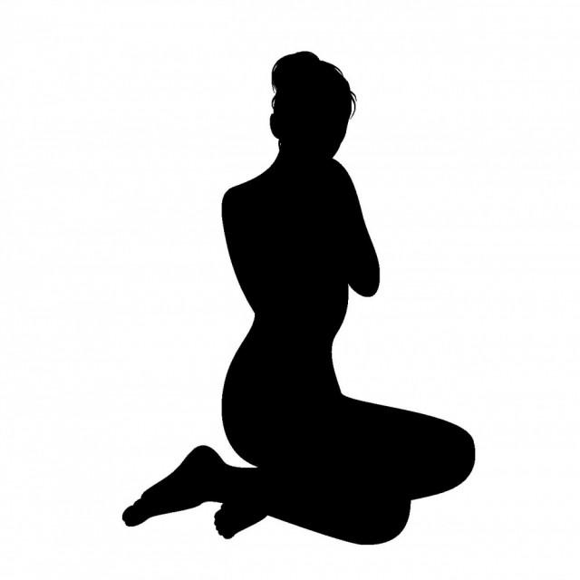 横坐りの女性