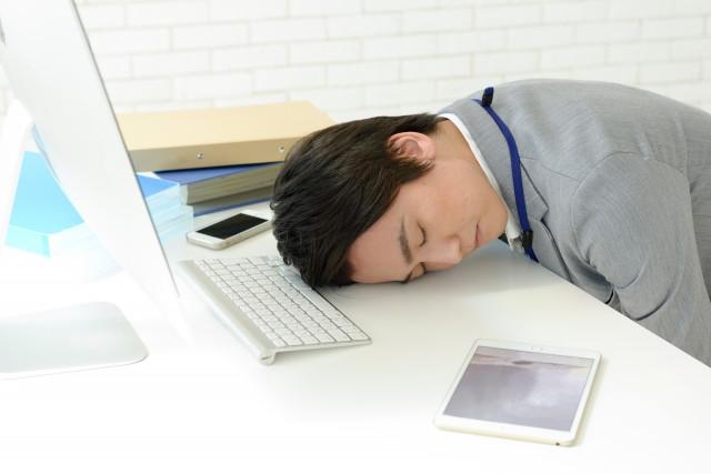 机で寝るサラリーマン